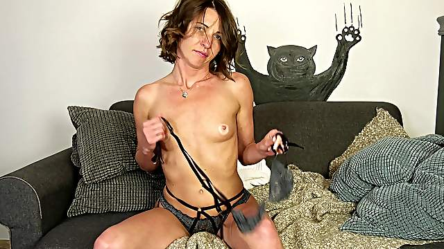 Seductive amateur with small tits, kinky porn